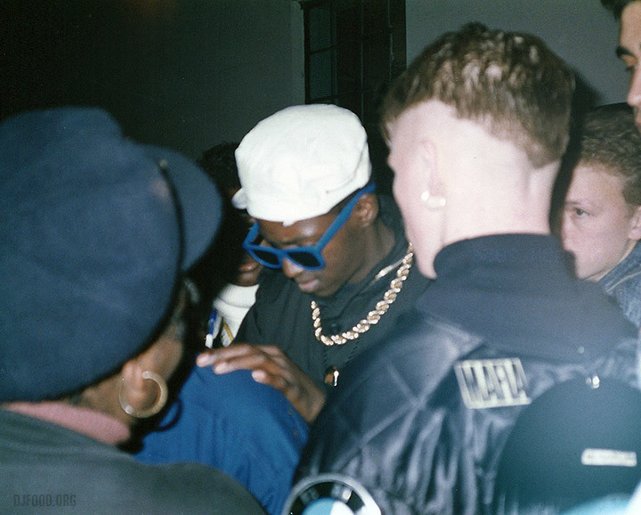 Flav signs autographs